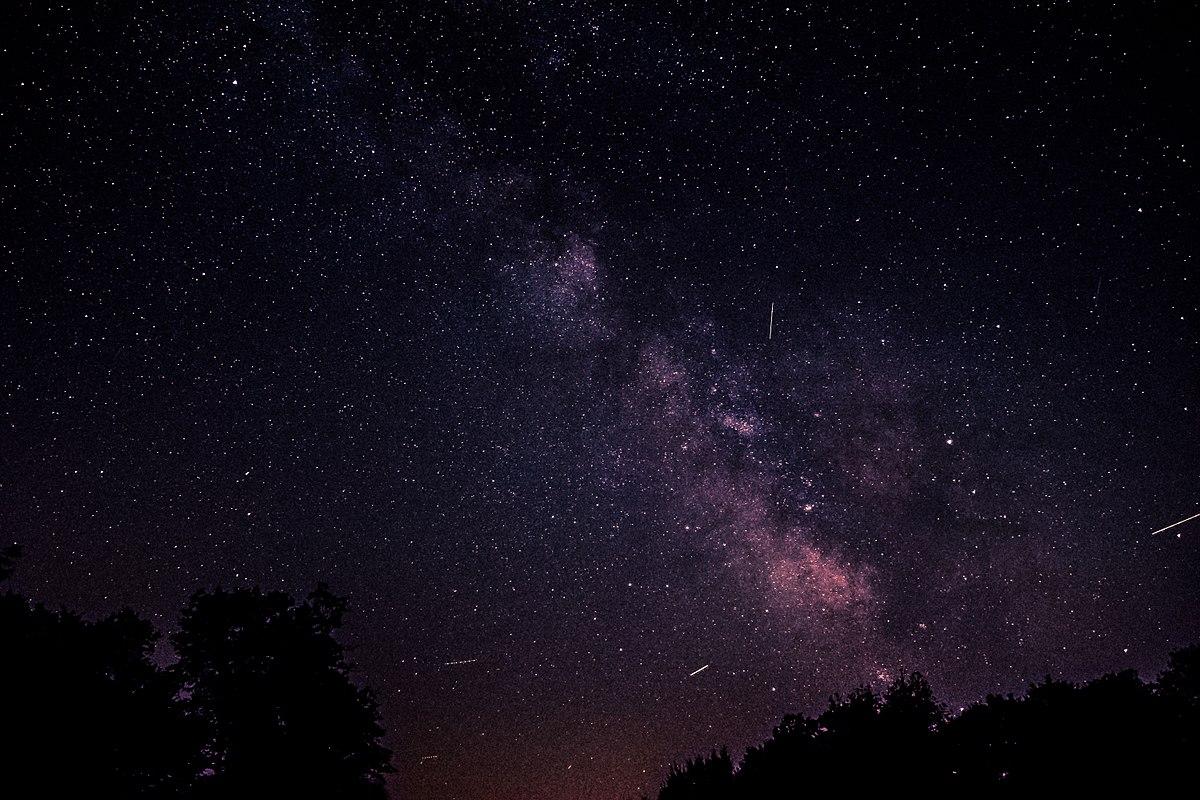 dlaczego nocne niebo jest czarne